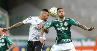 O jogador Rafael Marques, da SE Palmeiras, disputa bola com o jogador Fabio Ferreira, da AA Ponte Preta, durante partida válida pela vigésima primeira rodada, do Campeonato Brasileiro, Série A, na Arena Allianz Parque.