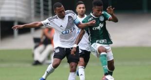O jogador Tchê Tchê, da SE Palmeiras, disputa bola com o jogador da AA Ponte Preta, durante partida amistosa, na Arena Allianz Parque.