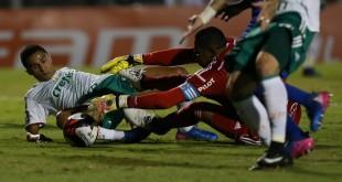 O jogador Erik, da SE Palmeiras, disputa bola com o goleiro Aranha, da AA Ponte Preta, durante partida válida pela décima segunda rodada, do Campeonato Paulista, Série A1, no Estádio Moisés Lucarelli.