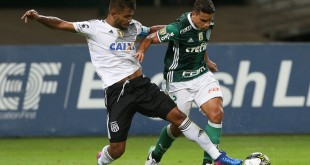 O jogador Jean, da SE Palmeiras, disputa bola com o jogador da AA Ponte Preta, durante partida de volta, válida pela semi final, do Campeonato Paulista, Série A1, na Arena Allianz Parque.
