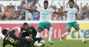 O jogador Michel Bastos, da SE Palmeiras, disputa bola com o jogador Elton, da AA Ponte Preta, durante partida de ida, válida pela semi final, do Campeonato Paulista, Série A1, no Estádio Moisés Lucarelli.