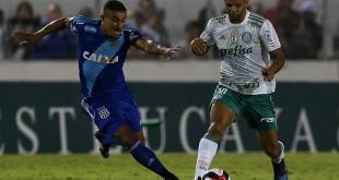 O jogador Felipe Melo, da SE Palmeiras, disputa bola com o jogador Pottker, da AA Ponte Preta, durante partida válida pela décima segunda rodada, do Campeonato Paulista, Série A1, no Estádio Moisés Lucarelli.