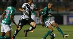 O jogador Mayke, da SE Palmeiras, disputa bola com o jogador Danilo, da AA Ponte Preta, durante partida válida pela vigésima nona rodada, do Campeonato Brasileiro, Série A, no Estádio do Pacaembu.