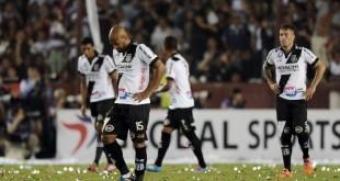 Jogadores da Ponte Preta lamentam gol sofrido na Argentina